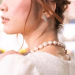白いドレスを着た女性の横顔