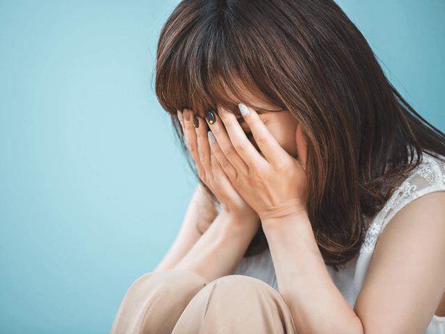 泣く女性、悩む、落ち込む