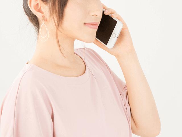 スマホで電話をする笑顔の女性