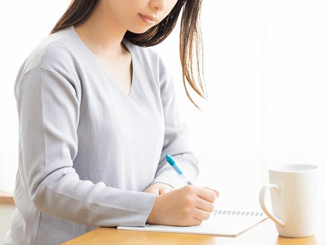 職務経歴書を書くための準備をする女性