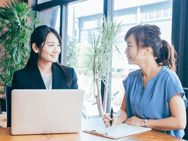 応募書類の書き方をレクチャーする女性