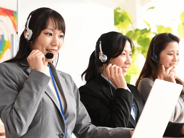 コールセンターの女性オペレーター複数人